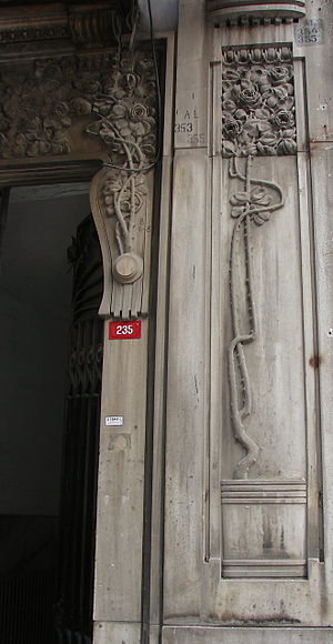 Raimondo D'Aronco - A floral front door detail in Casa Botter (Botter Apartmanı, 1900–1901) on İstiklal Avenue in Beyoğlu, Istanbul.