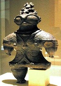 Les Dogû (土偶) sont considérés par les partisans de la théorie comme des anciens astronautes qui ont visité la Terre pendant la période Jōmon (Xe millénaire av. J.-C. à IIIe siècle av. J.-C.) au Japon, la statuette montrant une combinaison spatiale avec casque et lunettes.