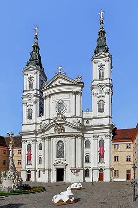 So kommt man zu Piaristenkirche Maria Treu mit den Öffentlichen - Mehr zum Ort Hier