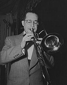 Juan Tizol con un trombone a pistoni