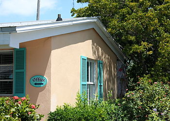 English: A motel office in Key West, FL. Franç...
