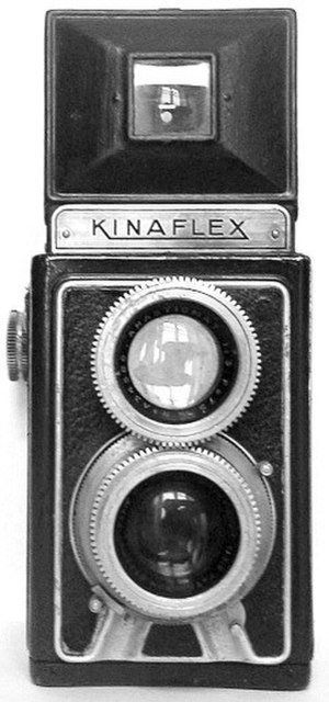 Twin-lens reflex camera - The front of a Kinaflex twin-lens reflex camera. The focus rings of the two lenses are coupled with gears around their circumference in this simple design.