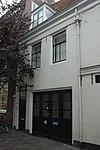 foto van Bescheiden huis, bestaande uit een voorhuis met twee bouwlagen en een kap, en een jongere aanbouw