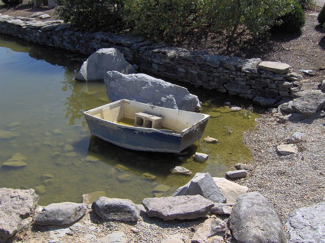 File koi pond yuko en on the elkhorn wikimedia commons for Koi fish pond sydney