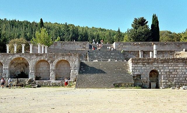 Руины косского асклепиона— храма бога медицины Асклепия, в котором лечили людей и собирали медицинские знания
