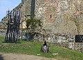 Kovové plastiky u příkopu před jádrem hradu Helfštýn (Q72740012) 03.jpg