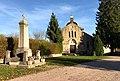 Le monument aux morts et l'église de Mollon (Ain, France).jpg