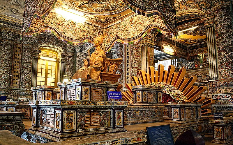 Huyệt Cung, bên dưới bức tượng đồng mạ vàng là mộ phần của nhà vua