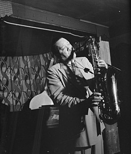 Lester Young tijdens een optreden in Famous Door, een New Yorkse jazzclub in 52nd Street - september 1946. Foto van William P. Gottlieb[1]