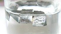 Afbeelding: Lithium metal opgeslagen onder paraffine