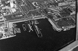 Blick über das Gelände des Marinearsenals in Ellerbek mit Schwimmdocks und der Druckkammer für den U-Boot-Bau.