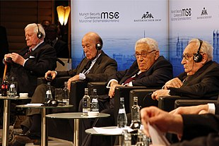 Schmidt con Valéry Giscard d'Estaing, Henry Kissinger e Egon Bahr nel 2014