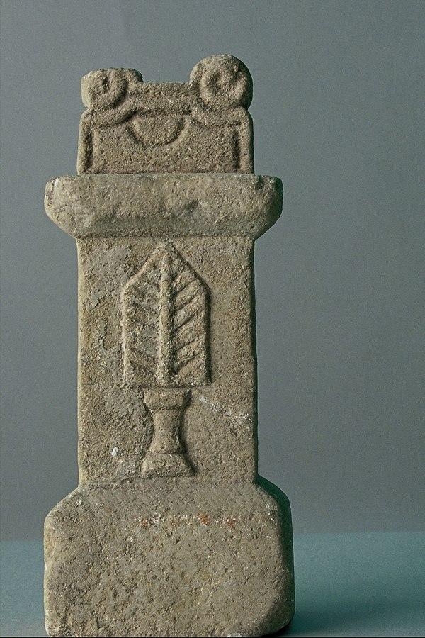 Autel votif décoré d'une palma (Ra 297)