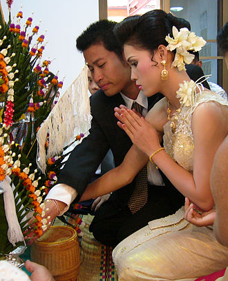 Thai greeting - The wai of a Thai bride