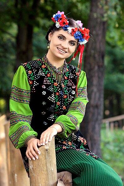 File:Marta Shpak in ancient costume of Boykivshchyna (Ukraine) (2).jpg