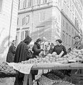 Mensen op de markt bij een fruitkraam met vooraan een monnik die sinaasappels ko, Bestanddeelnr 254-5510.jpg