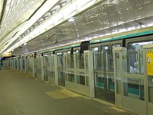 Bérault (Paris Métro) - Image: Metro Paris Ligne 1 Berault Installation facades de quai (34)