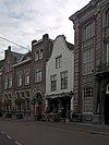 foto van Huis met geverfde klokgevel met hardstenen afdekking