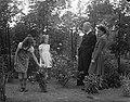Minister L.J.M. Beel met vrouw en kinderen in de tuin van zijn woonhuis te Wass…, Bestanddeelnr 901-8359.jpg