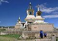 Mongołka w pobliżu Złotej Stupy w klasztorze Erdene Dzuu 04.jpg
