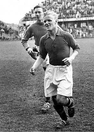 "Lennart Skoglund - Skoglund playing for ""Pressens lag"" against the Swedish national team in 1950."