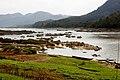 Nam Ou-Bootsfahrt-74-Flusslandschaft bei Pak Ou-Hoehle-gje.jpg
