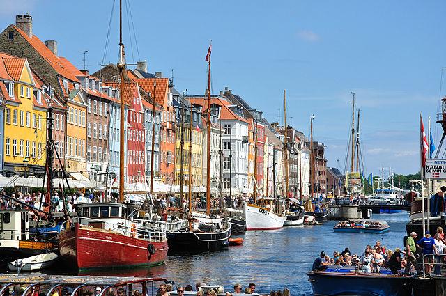 https://upload.wikimedia.org/wikipedia/commons/thumb/a/ae/Nyhavn_(Copenhagen).jpg/640px-Nyhavn_(Copenhagen).jpg