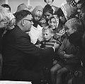 Opgeruimd staat netjes, kinderen ontvangen van Veldkamp een speldje in Den Haag, Bestanddeelnr 914-4853.jpg
