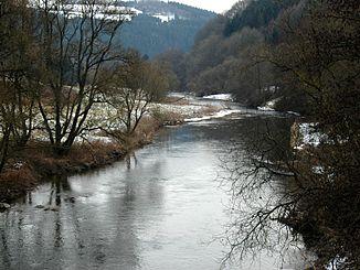 Die Our bei Dasburg-Pont, links Deutschland, rechts Luxemburg, der Fluss ist hier ein Kondominium
