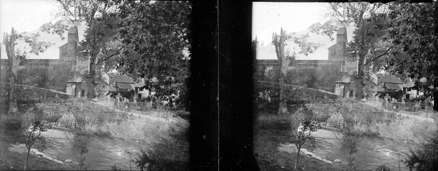 Fonds Trutat - Photographie ancienne  Cote: TRU C 446 Localisation: Fonds ancien Original non communicable  Titre: Ourjout, près de Bordes sur Lèze, 19 juillet 1905  Auteur: Trutat, Eugène Rôle de l'auteur: Photographe  Lieu de création: Ourjout (Bordes-sur-Lez) Date de création:: 1905  Mesures: 11 x 5 cm  Mot(s)-clé(s):  -- Village -- Chapelle -- Pont -- Cours d'eau -- Rivière -- Végétation -- Arbre  -- Ourjout (Bordes-sur-Lez) -- Castillon-en-Couserans (Ariège; canton) -- Couserans (Ariège)  -- 20e siècle, 1e quart  Médium: Photographies Médium: Positifs sur plaque de verre -- Noir et blanc -- Paysages -- Stéréogrammes   Bibliothèque de Toulouse. Domaine public