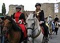 Péronne (13 septembre 2009) cavalières devant château 12.jpg