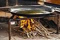Paella sarten con aceite.jpg
