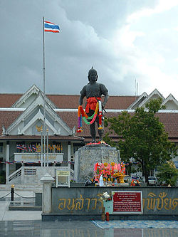 Phraya Phichai Dap Hak Monument.jpg