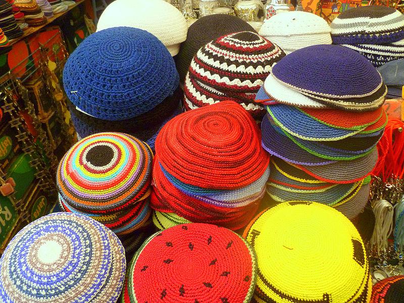 דוכן כיפות מגניבות בשוק מחנה יהודה בירושלים