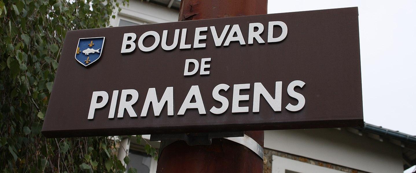 Plaque de rue à Poissy, Boulevard de Pirmasens.