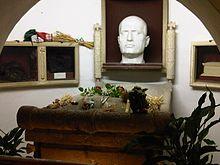Tombo de Mussolini en la familiokripto, en la tombejo de Predappio, sarkofago kun mortmasko