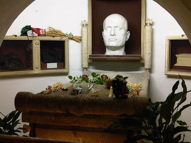 Гробница Б. Муссолини в семейном склепе на кладбище в Предаппио