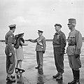 Prins Bernhard en prinses Juliana feliciteren de onderscheiden militairen. Uiter, Bestanddeelnr 255-7690.jpg