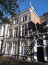 foto van Huis met herstelde hardstenen lijstgevel