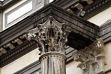 Una colonna del Tempio dei Dioscuri di Napoli, incorporata nella facciata della Basilica di San Paolo Maggiore