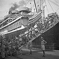 Repatrianten gaan in de haven van Tandjong Priok aan boord van het SS Boschfonte, Bestanddeelnr 255-8424.jpg
