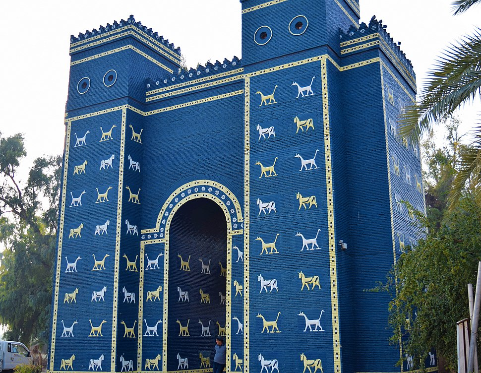 Replicas of the Ishtar Gate in Babylone Governorate 2016 1
