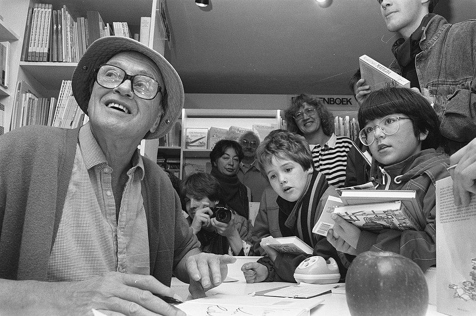 Roald Dahl signeert boeken in de Kinderboekenwinkel in Amsterdam, Bestanddeelnr 934-3367