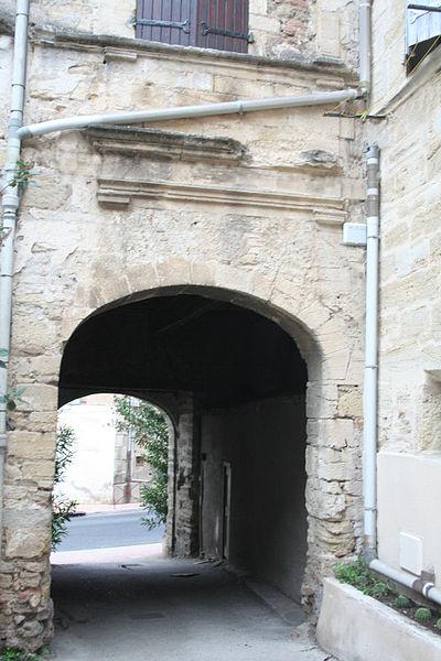 Roujan (Hérault) - château bas - porte cochère.