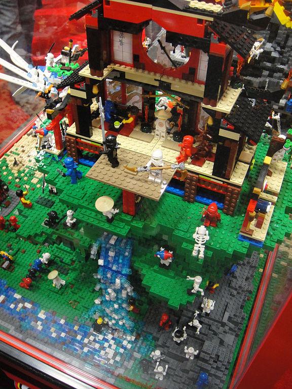 File:San Diego Comic-Con 2011 - Lego Ninja training dojo diorama ...