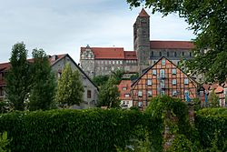 Schlossmühle Quedlinburg dahinter Burgberg mit Stift.JPG