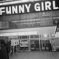 Serie. Reclamecampagne film Funny Girl. Cinema Du Midi verlicht, exterieur, Bestanddeelnr 922-1593.jpg