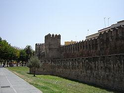 Murallas de Sevilla, cuya primera construcción data de los tiempos de Julio César como cuestor de la ciudad.