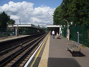Snaresbrook tube station - Image: Snaresbrook station look north
