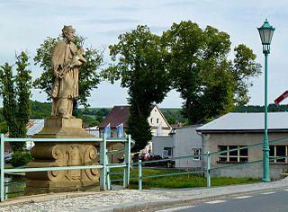 socha sv. Jana Nepomuckého a krucifix